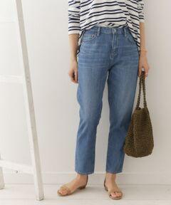 ベーシックアイテム・デニムパンツをシンプルなテーパードシルエットでご用意しました。<br>アタリの出たビンテージ加工やヒップをすっぽりと包み込む深めの股上など、少しメンズライクな印象ですが、裾にかけてスッキリとしたラインが女性らしさも演出してくれるため、カジュアルダウンしすぎない仕上がりに。<br>足元も、ヒールやサンダルなど女性的なシューズはもちろん、スニーカーとの相性も良く、コーディネートの幅が広がるよう拘りました。<br>何本あっても飽きないデニムパンツにプラスしたい一本です。<br><br>※この商品は素材の特性上、汗・水・摩擦等により色落ち・色移りをする恐れがありますので、ご着用・洗濯などの際は、充分にご注意ください。