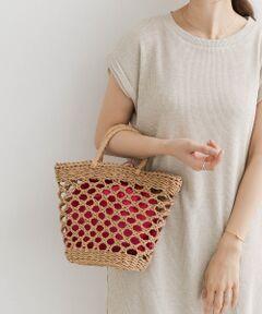 カラフルな巾着が中にセットされたかごバッグは、サマースタイリングのアクセントになるアイテム。<br>小ぶりながらも荷物は最低限十分に入れられ、使い勝手も良好。<br>リゾートスタイルやナチュラルなコーディネートに取り入れたいバッグです。<br><br>※この商品は、素材や編地の特性上、1点ごとにサイズのばらつきや風合いの違いがあります。あらかじめご了承ください。<br>※汗や雨などで湿った状態、または摩擦により他のものに色が移ることがありますのでご注意ください。<br><br>重量 : 約240g<br><br>[インナーバッグ]<br>高さ23cm/幅26cm<br>