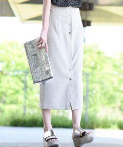 夏らしい素材感のタイトスカート。フロントのボタンが今年らしく、縦のラインを強調してくれハイウエストにもなっているのでスタイルアップ効果も◎カジュアル過ぎないひざ下丈ですっきりとしたシルエットが大人っぽさを演出くれます。